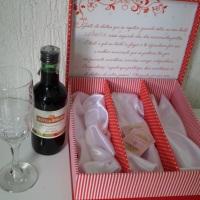 Caixa padrinhos para mini vinho e duas taças
