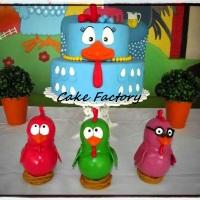 Bolo fake em biscuit e bonecos da turma da galinha pintadinha disponível para aluguel ou venda