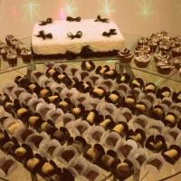 Mesa com torta e docinhos
