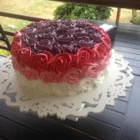Torta coberta por flores de chantily