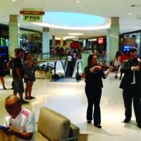 Duo de violinos para homenagem aos pais em shopping center de Porto Alegre, RS