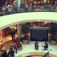 Duo de violino e violoncelo para ação em shopping center de Porto Alegre, RS