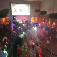 Festa de 15 anos com telão de 200 polegadas, projetor acoplado à pista de dança em X