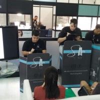 Equipe uniformizada de Caricaturistas no RJ e Estúdio Movel com espelhamento em TV