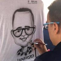 Caricatura ao vivo em camisa.
