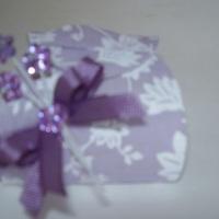 Caixa forrada em tecido com um lindo lacinho com mini flores de pedras. Um mimo!
