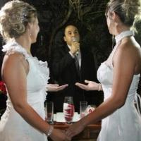 Celebração de casamento homoafetiva com cerimônia das areias