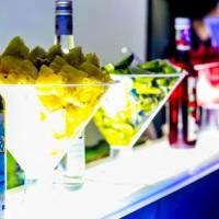 Barman com bebidas e coquetéis coloridos