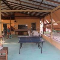 Galpão com 3 banheiros, mesa de ping-pong, sinuca, cozinha com fogão, geladeira e utensílios, armado