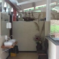 Banheiros Feminino e Masculino, com fraldário, pias internas e externas e banheiros especiais adapta
