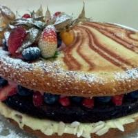 Naked Cake Supremo Bolo de baunilha, brownie e frutas silvestres frescas.