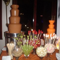 Fontes com chocolate ao leite e laranja