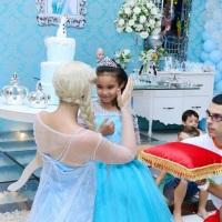Já pensou convidar a Rainha Elsa para sua festa? Será um momento mágico, acredite!
