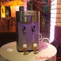 Chopeira em inox com dois bicos, garantindo chopp gelado para o evento todo