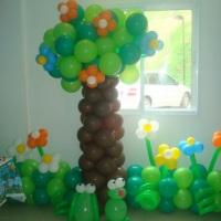 árvore de balões com jardim
