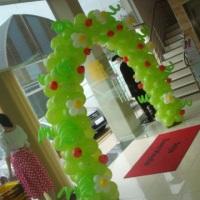 Arco de balões decorado com maçãs e flôres