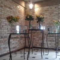 mesa de vidro  e aparadores de doce espelhado