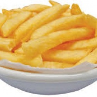 Batata frita tradicional, podem ser servidas no pratinho ou no pacotinho;