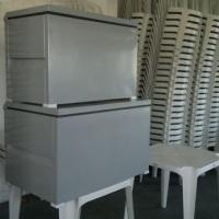 caixa termica e cadeiras