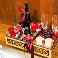 01 Champagner Saint Germain  02 taças  02 arranjos c/ rosas  01 cacho de uva  chocolatinhos  01