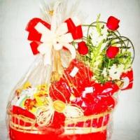 Cesta namorados contem;  Lindo Bouque c/10 rosas vermelhas  Variedades de chocolates  vinho tinto