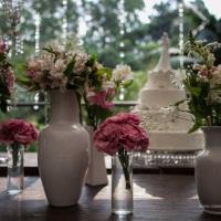 arranjos clean mesa do bolo