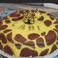 Bolo recheio dois amores, coberto com pasta americana, tema girafinha