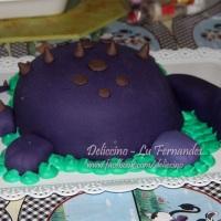 Bolo totalmente comestível tema dinossauro, patas, rabo e cabeça feitas em bolo cobertos também.