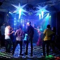 Estrutura Metálica formato boate pista de dança x, piso xadrez, cortina de LED.