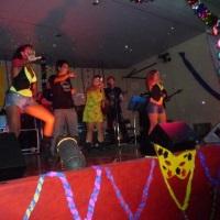 cantor e tecladista andre e bailarinas da banda panorama universitaria