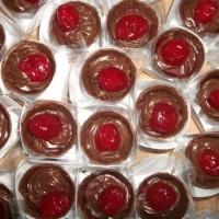 Copinho de chocolate com brigadeiro decorado com cereja