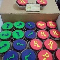 Cupcakes recheados e personalizados no tema da festa com pasta americana ou chantilly