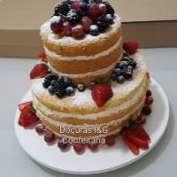 Naked Cake de 2 andares, com massa de baunilha, com 2 camadas de recheios a escolher, confeitado com