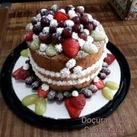 Naked Cake de massa de baunilha, com 2 camadas de recheios a escolher, confeitado com morangos, uvas