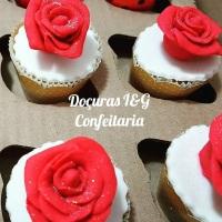 Mini Cupcakes recheados e confeitados em 3D - Rosas.