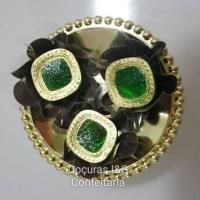 Bombons de Chocolate ao Leite ou Meio Amargo, recheados e decorados com pó comestível dourado e jóia