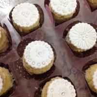 Mini Naked Cake, recheado e coberto com uma fina camada de pasta americana esculpida.
