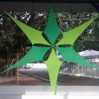 Estrela decorativa em malha tencionada quadra de esportes