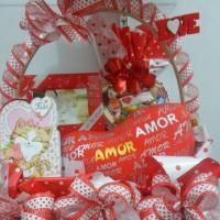 Cesta Presente: Almofada, Coração Chocolate, Porta Retrato e cartão