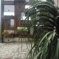 Jardim vertical com elegantes jardineiras suspensas, totalmente iluminado, perfeito para fotos