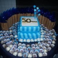 bolo confeitado, lembranças e docinhos