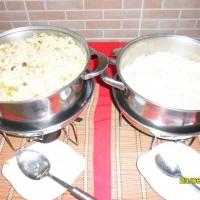 Rechauds com arroz branco e à grega.