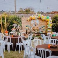 Montagem com mesas, tampões, cadeiras plasticas e toalhas p/ festa infantil (99634-6882 whats)