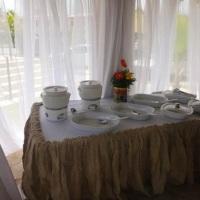 Aluguel de pratos, rechaud em porcelana branca, toalhas de mesa.