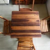 Mesas e cadeiras de madeira tipo barzinho