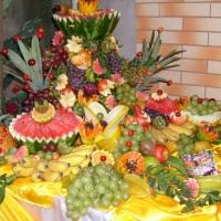 Mesa  de  frutas  esculturadas
