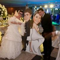 Totem para casamento com a caricatura dos noivos em tamanho real