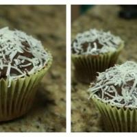 CupCake de chocolate com recheio de prestígio e cobertura de brigadeiro com côco.