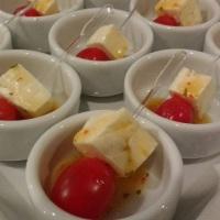 Finger Food de Tomate Cereja e Queijo fresco com molho de Ervas Finas