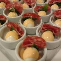 Finger Food de Ovo de Codorna com Salame e Hortelã ao molho Rose